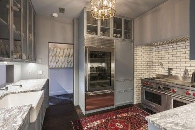 画像: 大理石が基調のキッチン。