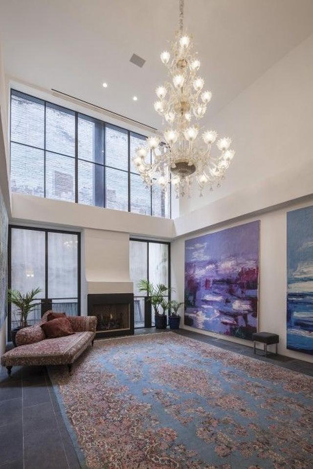 画像: 天井が高く開放感のあるリビング。