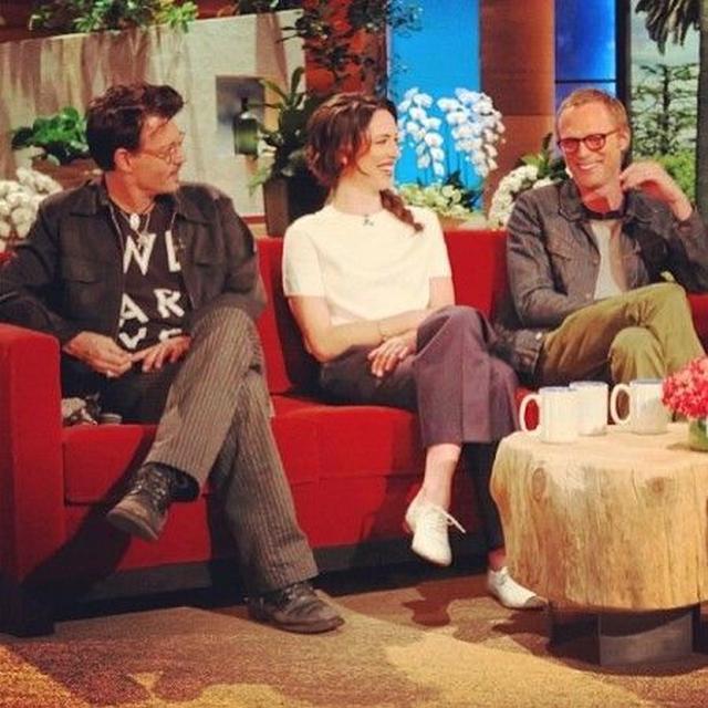 画像: 2014年に、アイオのLGBTプロジェクトのTシャツを着てTV番組に出演するジョニー。