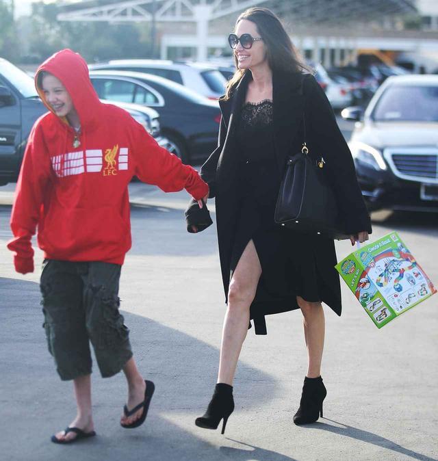 画像3: アンジェリーナ・ジョリー、買い物中に奇跡の美脚を披露