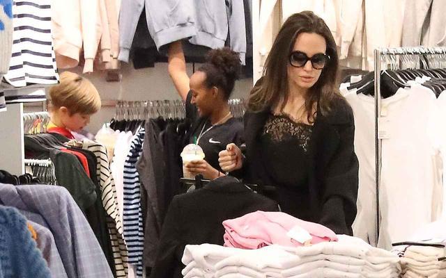 画像2: アンジェリーナ・ジョリー、買い物中に奇跡の美脚を披露