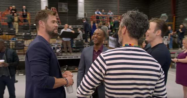 画像: 左からクリス・ヘムズワース、アンソニー・マッキー、クリス・エヴァンス、手前の後ろ姿の男性は、『マイティ・ソー』シリーズの監督タイカ・ワイティティ。