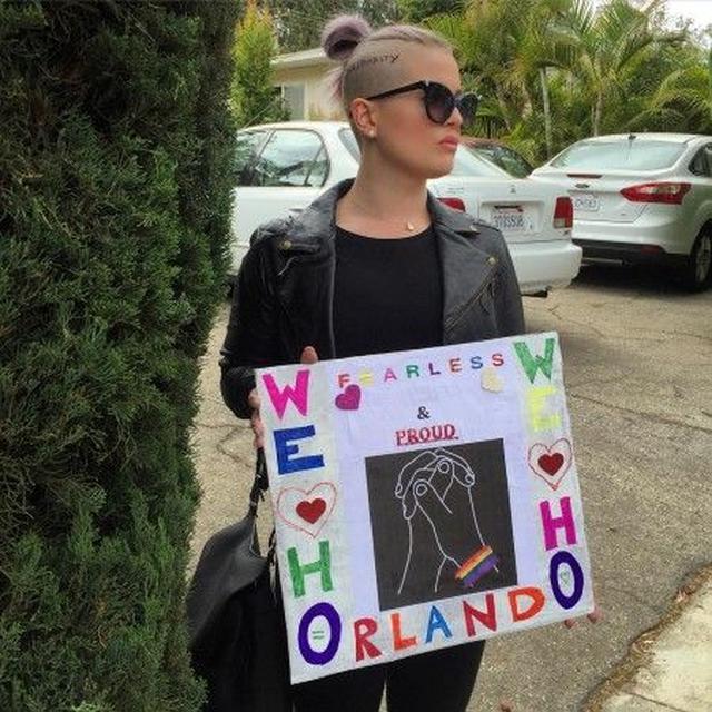 画像: LAプライドでのケリー。頭には「Solidarity」の文字。