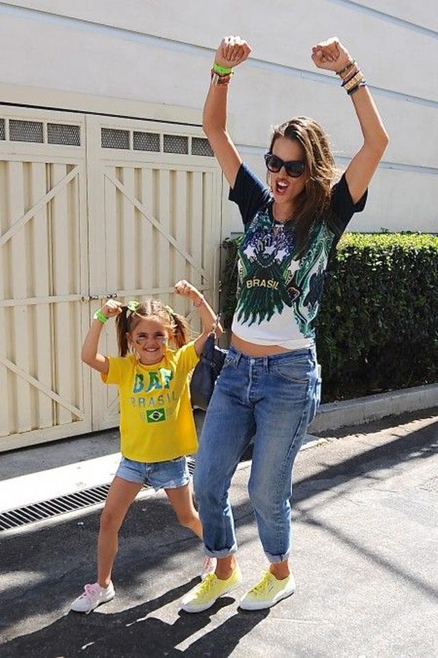 画像: アレッサンドラ&アンニャちゃんは仲良し親子!
