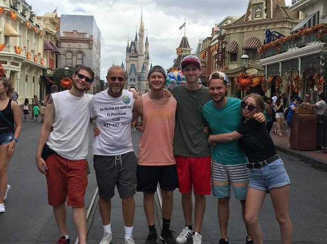 画像1: ディズニーにあるTシャツを着ていった男性が、自分の命を自分で救う