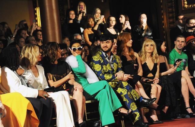 画像: カーディはそのほかのたくさんのブランドのショーにも招待。Christian Siriano(クリスチャン・シリアーノ)のショーにて。グリーンのスーツがカーディ。