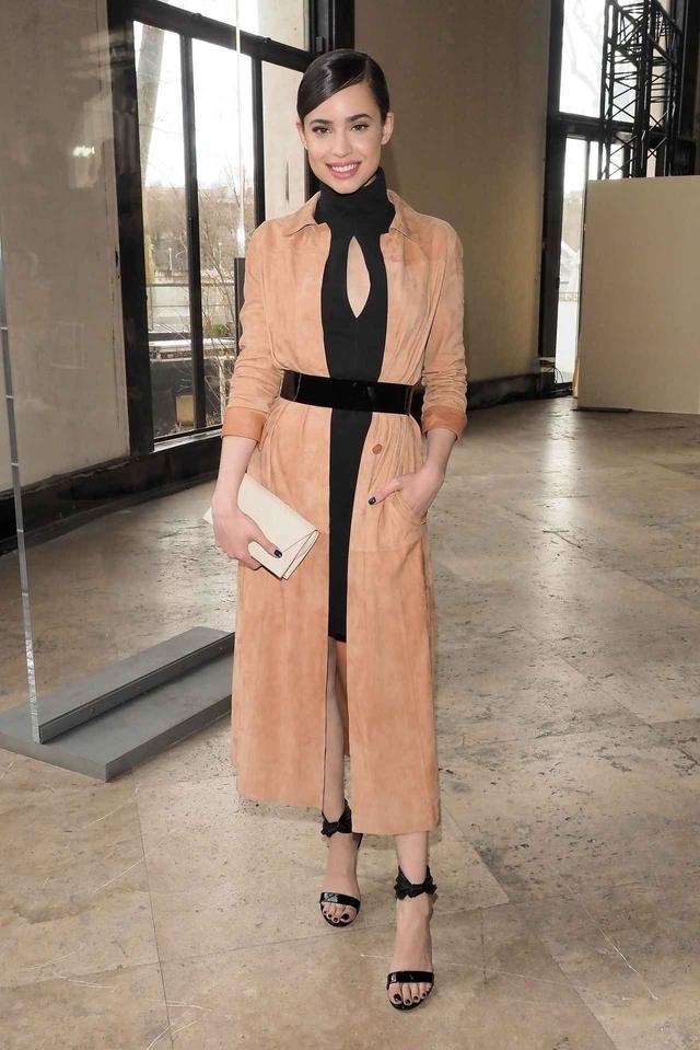 画像: ファッションショーに出席した時は、黒ドレスにスエードコートを羽織り、ウエストマークをして旬スタイルに。