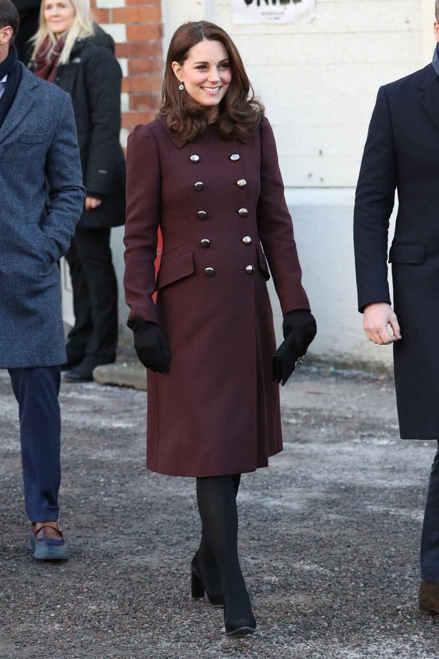 画像: キャサリン妃が室内でもコートを着ていた理由に「プリンセスは大変…」の声