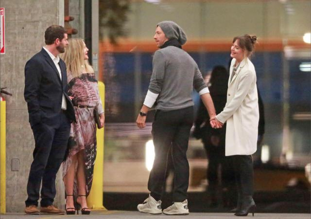 画像: 2017年末から交際していると言われるクリスと『フィフティ・シェイズ』女優のダコタ。ついに手つなぎショットが激写!
