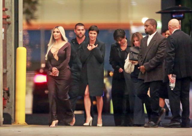 画像: キム・カーダシアン、クリス・カーダシアン、カニエ・ウェストが家族そろって登場。