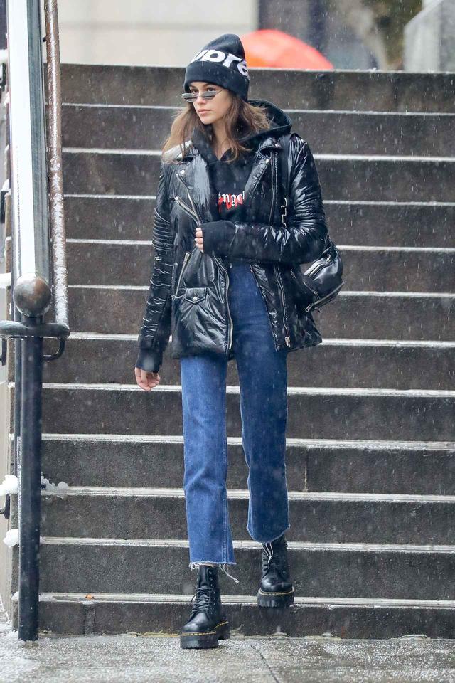 画像: 16歳モデルのカイア・ガーバー、雪にも負けないあったかデニムコーデ
