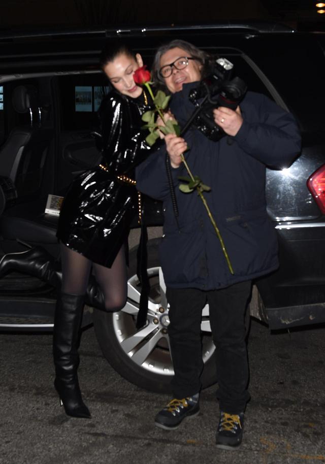 画像3: ベラ・ハディッド、バレンタインにパパラッチに薔薇をプレゼント
