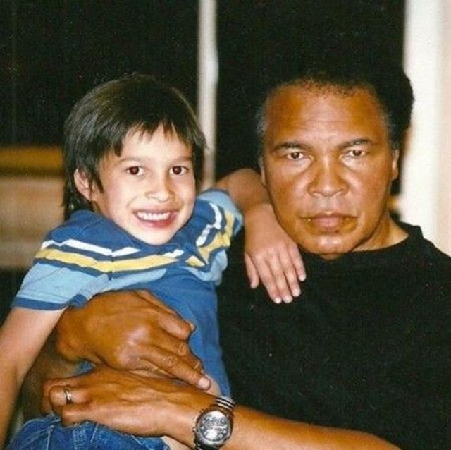 画像: 幼い頃のバッジオと祖父モハメド。バッジオは尊敬する祖父のことを「この地球の表面を歩いた人間のなかで最も偉大な人物」と呼んでいる。