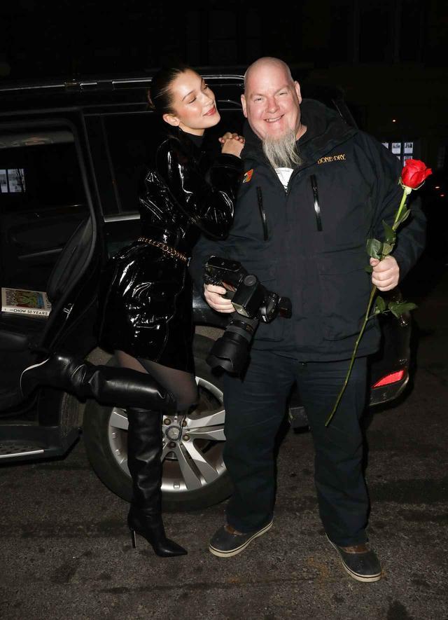 画像2: ベラ・ハディッド、バレンタインにパパラッチに薔薇をプレゼント