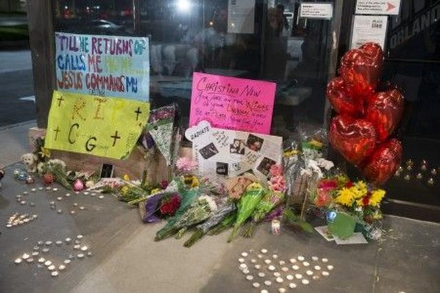 画像: 現在、犯行現場となった会場外には、手紙や花が供えられている。