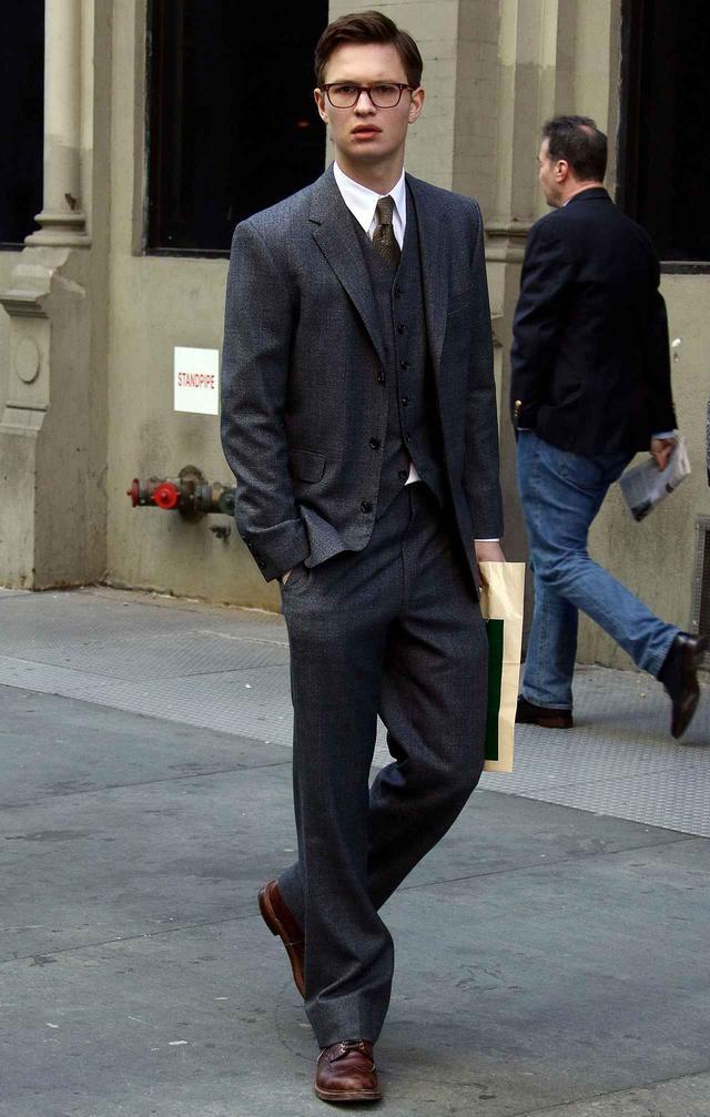 画像1: 知的なスーツ姿を披露