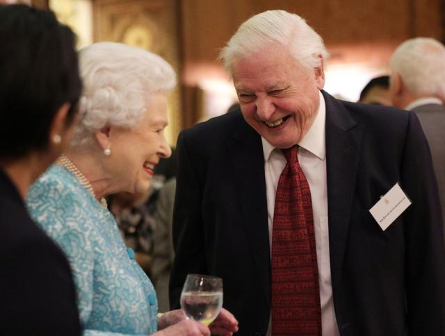 画像: バッキンガム宮殿で談笑する女王とアッテンボロー氏。共に1926年生まれの91歳。
