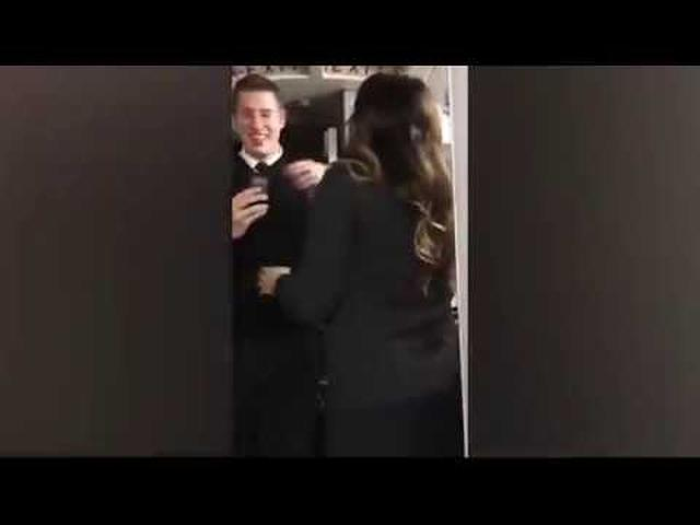 画像: Pilot proposes to his flight attendant girlfriend on the plane youtu.be