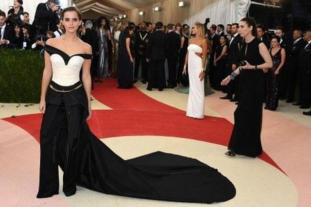 画像: 一見ドレスのように見える長いトレインが特徴的なエマの5ピーススーツは、ペットボトルをリサイクルした素材で作られたもの。エコ推進のメッセージが込められている。
