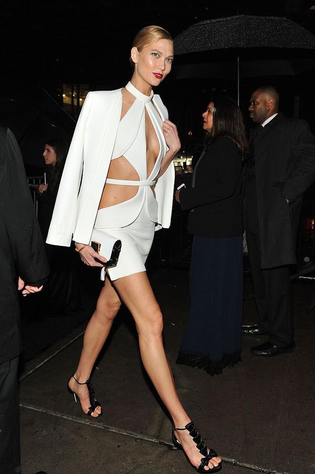 画像: エレガントな印象から一転、動きやすい夜遊び仕様に大変身したドレスに白のテーラードジャケットを羽織って、カーリーは颯爽とアフターパーティー会場へと向かって行った。