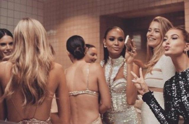 画像: モデルたちの背後で、ミランダ・カー(中央)がお喋り。 ©Hailey Baldwin