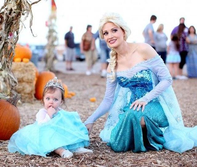画像: 娘とエルサの仮装をした、元プレイガールのホリー・マディソン。