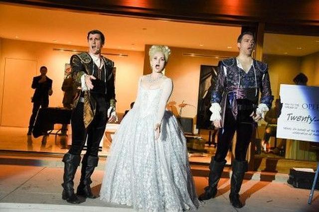 画像: 中世ヨーロッパ風の衣装に身を包んだオペラシンガーたちが熱唱。