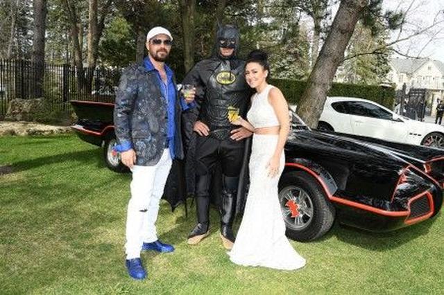 画像: ジェレミーと婚約者のチェルシーは2年の交際を経て今年2月に婚約。展示されていたヴィンテージのバット・モービルの前でバットマンと記念撮影。