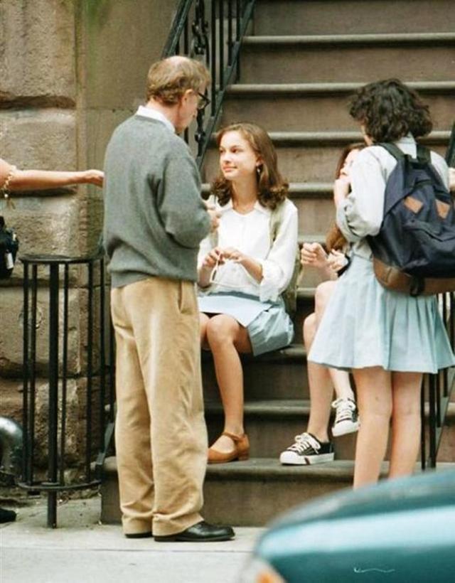 画像: 1997年公開のアレン監督作『世界中がアイ・ラヴ・ユー』に出演した当時14歳のナタリー。カメラに背中を向けて演技指導をしているのがアレン監督。