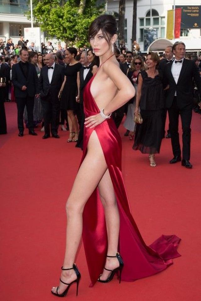 画像1: 話題の若手モデル、ベラがカンヌで見せた究極の美脚ドレスの下はどうなっている?