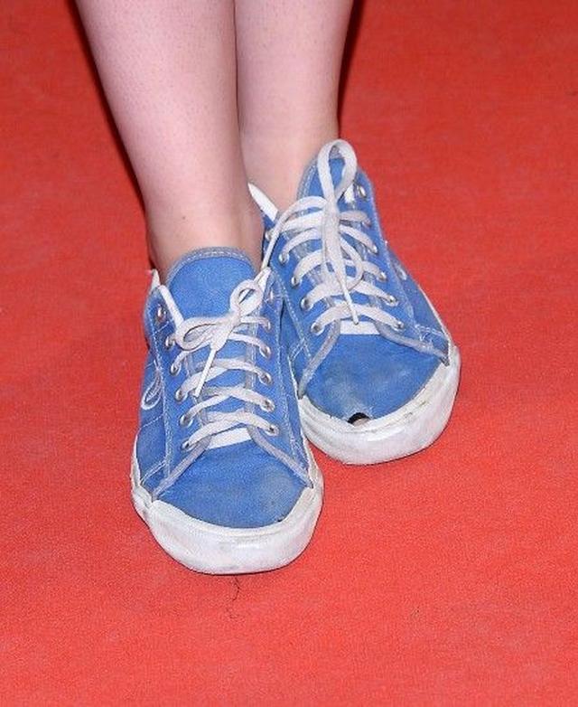 画像: しかも靴は穴が開いてボロボロ。