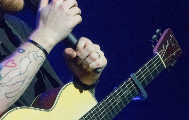 画像3: 左手に指輪