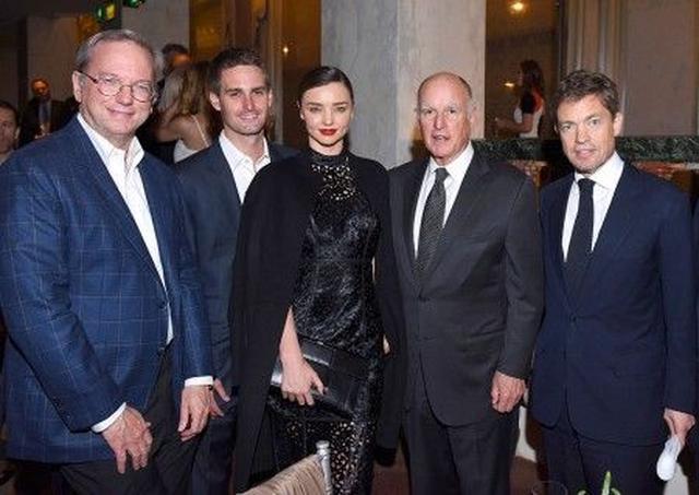 """画像: 左から、グーグル元CEOエリック・シュミット、エヴァン、ミランダ、カリフォルニア州知事ジェリー・ブラウン、シンクタンク""""ベルクグリューン・インスティテュート""""創業者ニコラス・ベルクグリュン。"""