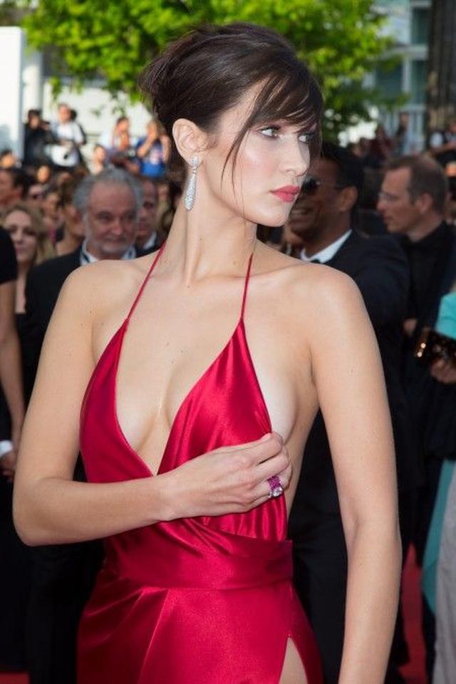 画像4: 話題の若手モデル、ベラがカンヌで見せた究極の美脚ドレスの下はどうなっている?