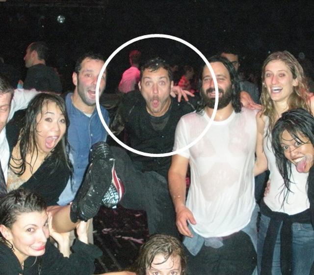 画像: 俳優のジュード・ロウがフエルサブルータのNY公演で他の観客と一緒にびしょ濡れになり。