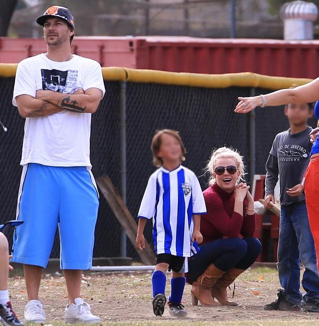 画像: 息子のサッカーの試合を観戦するブリトニーとケヴィン。