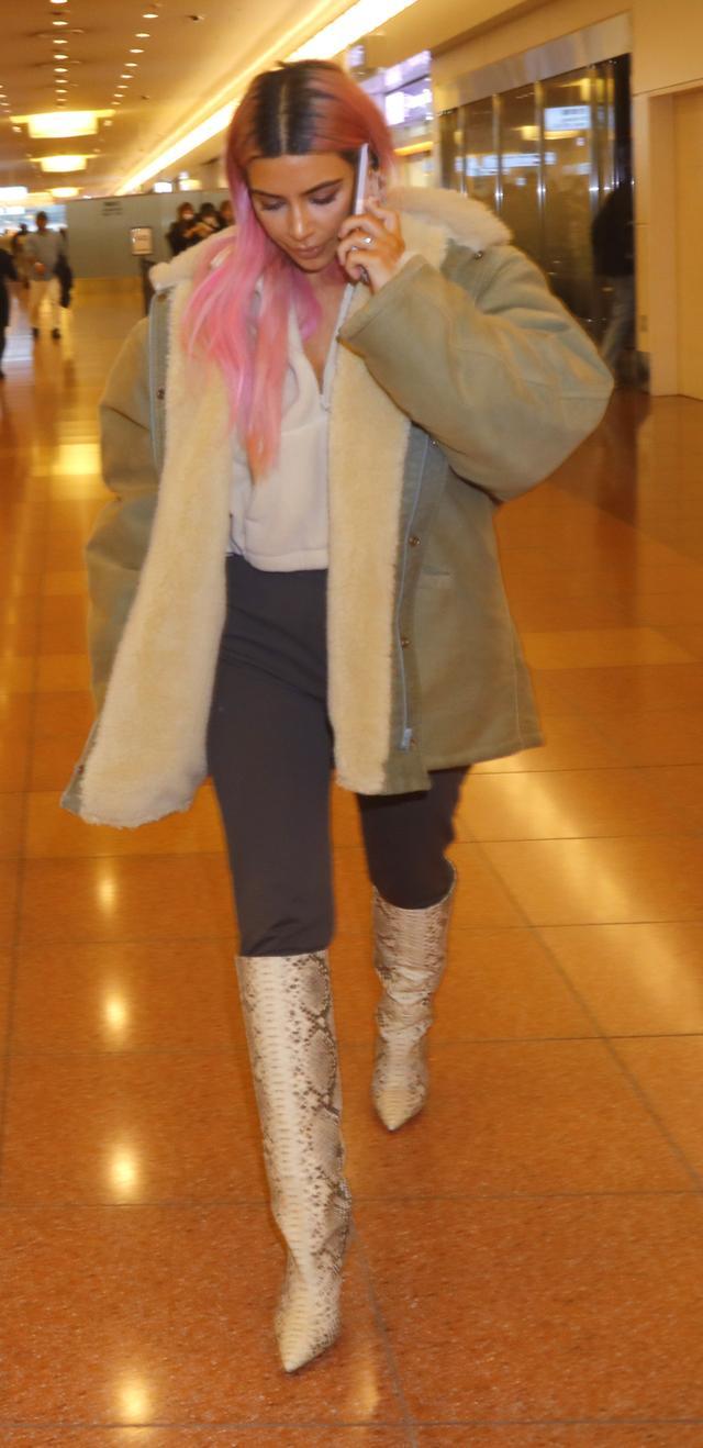 画像: キムが着用しているのは、夫でラッパーのカニエ・ウェストがデザインしたYeezyの最新コレクション。