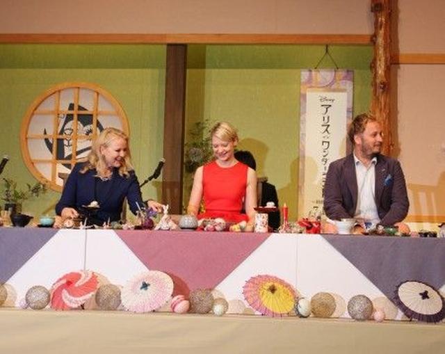 画像: 日本の名産品をながめるミア(中央)。