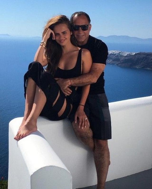 画像: ゼニアが公開したサントリーニ島での2ショット。