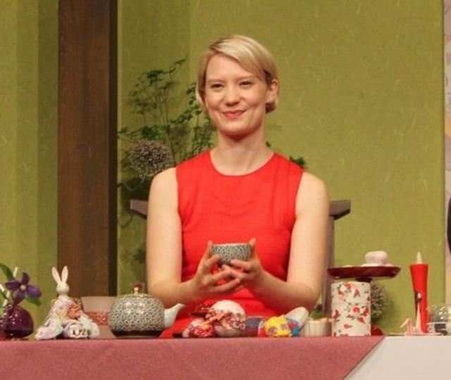 画像: 『アリス・イン・ワンダーランド』の女優ミア・ワシコウスカが、富山県の和菓子を絶賛