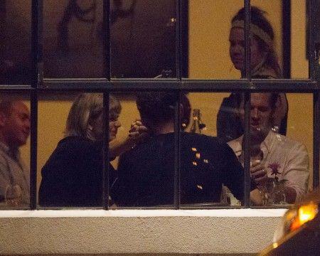 画像: さらにトムが、しっかりとつないだテイラーの手を愛おしそうに自分の頬に当てるという、なんとも可愛らしい仕草も。