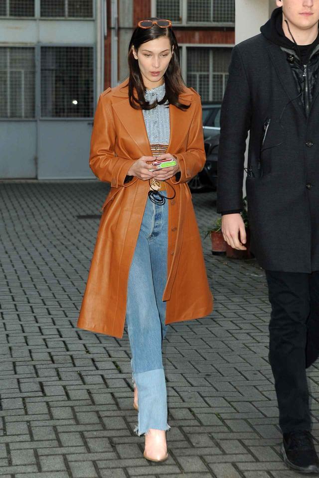 画像1: ベラ・ハディッドは冬のトレンチコート×デニムをこう着こなす