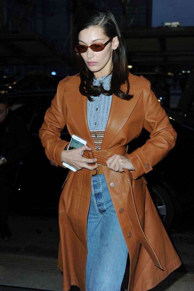 画像2: ベラ・ハディッドは冬のトレンチコート×デニムをこう着こなす