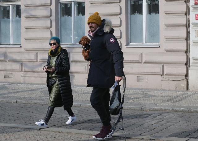 画像: 気温が氷点下となったこの日、オーランドの愛犬マイティもダウンベストを着て2人のデートにお邪魔。