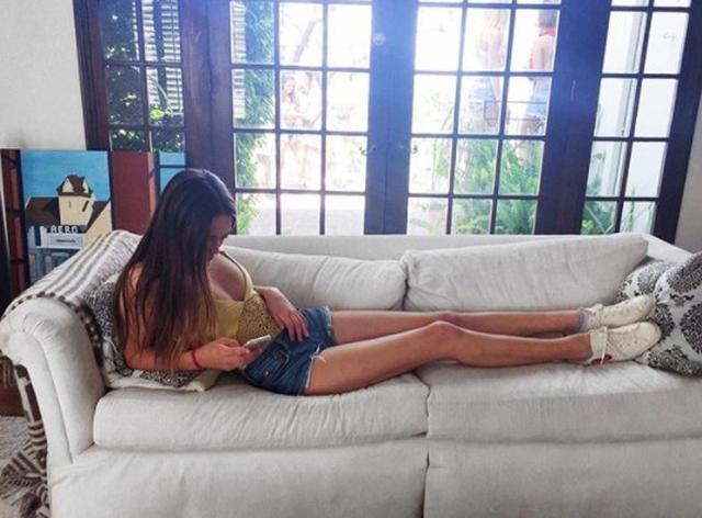 画像5: 類は友を呼ぶ!奇跡の美脚モデルのカイア・ガーバー、親友の脚も長すぎる