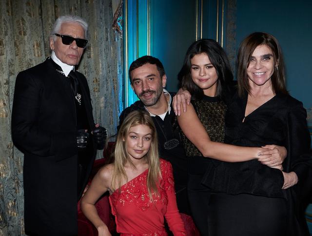 画像: 左から、シャネル(CHANEL)やフェンディ(Fendi)を手がける大御所デザイナーのカール・ラガーフェルド、モデルのジジ・ハディッド、リカルド、シンガーのセレーナ・ゴメス、大物エディターのカリーヌ・ロワトフェルド。