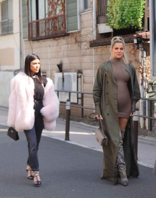 画像: 東京の街を散策するコートニー(左)とクロエ(右)。