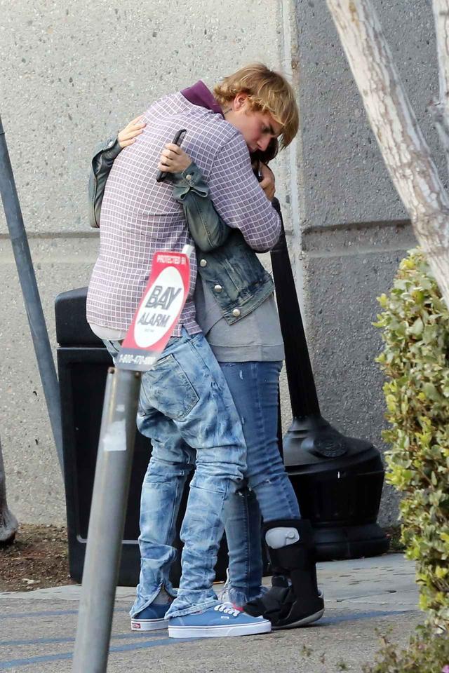 画像: 母を抱き寄せるとギューッと抱擁。