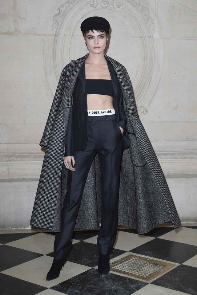 画像1: カーラ・デルヴィーニュの最新スーツスタイルがかっこすぎる!