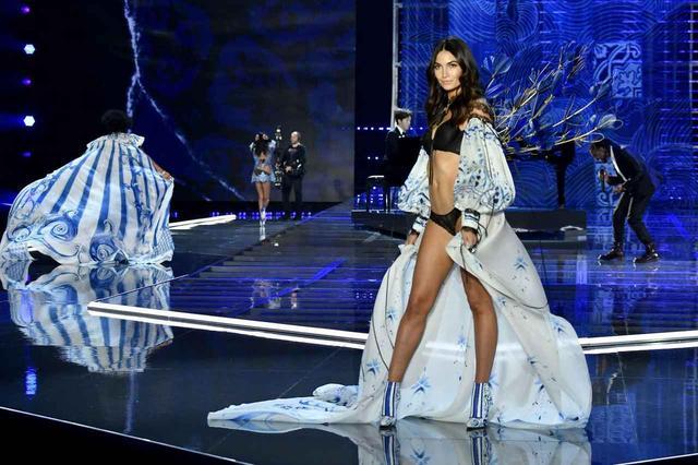 画像: ランジェリー・ブランド、ヴィクトリアズ・シークレットのファッションショーに出演したリリー・オルドリッジ。